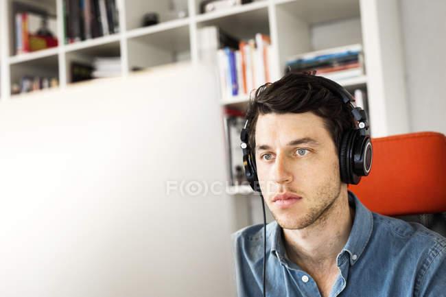 Empresário usando o computador — Fotografia de Stock