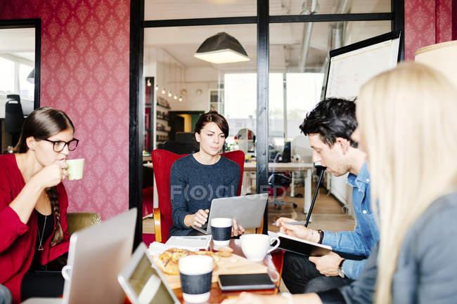 Negócios discutindo à mesa — Fotografia de Stock