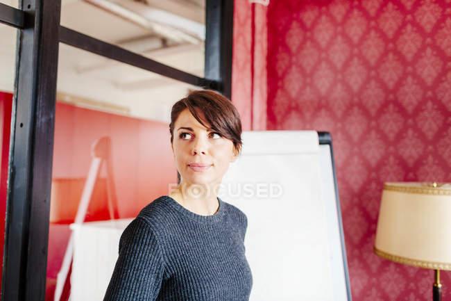 Ragionevole donna d'affari in carica — Foto stock