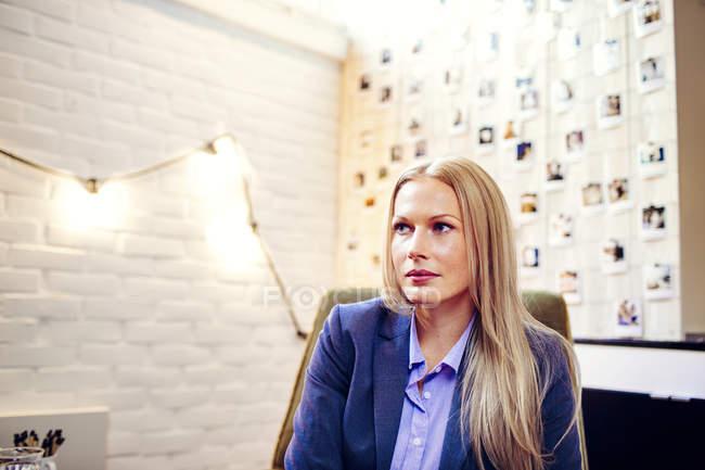Продуманий бізнес-леді в офісі — стокове фото
