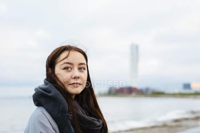 Nachdenkliche junge Frau am Strand — Stockfoto