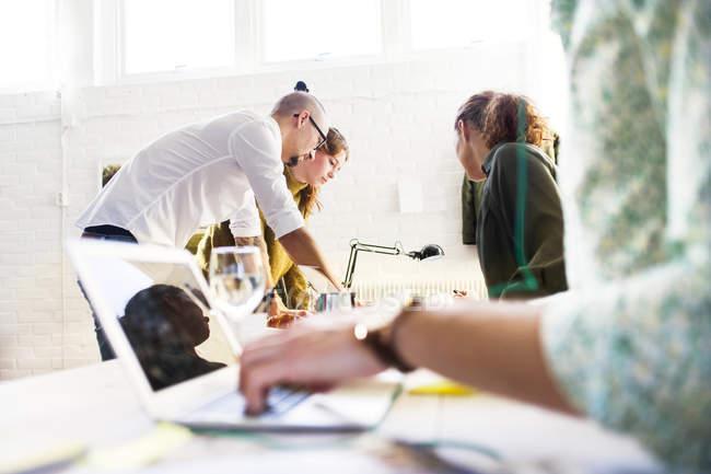 Бизнес-люди обсуждают проект — стоковое фото