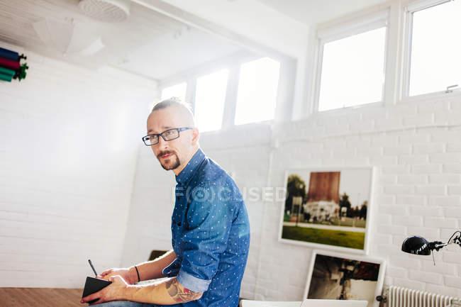 Продуманий середині дорослих бізнесмен — стокове фото