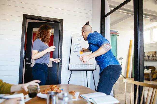 Pessoas de negócios, tendo a discussão — Fotografia de Stock