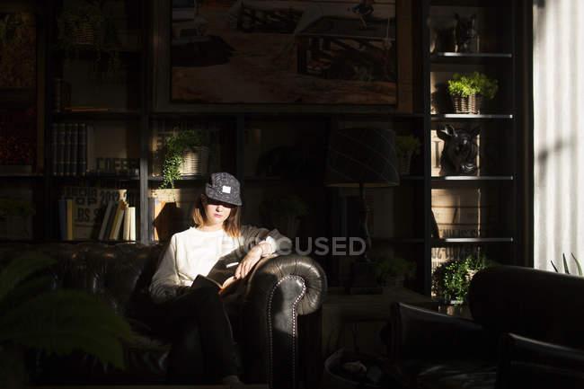 Frau sitzt auf dem Sofa im café — Stockfoto