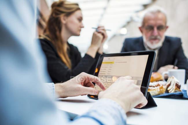 Бізнесмен користується цифровою табличкою. — стокове фото