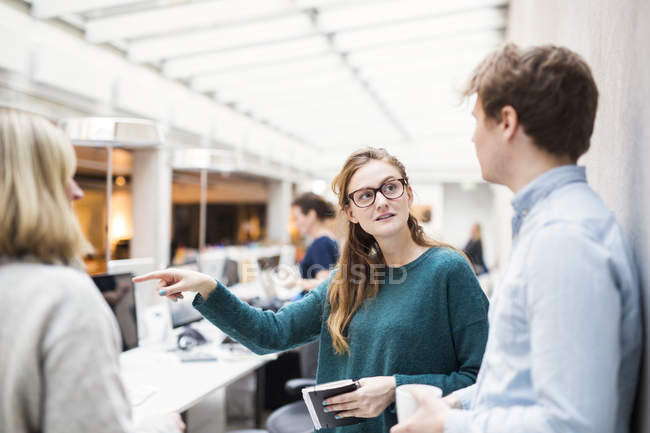Femme d'affaires, discussion avec des collègues — Photo de stock