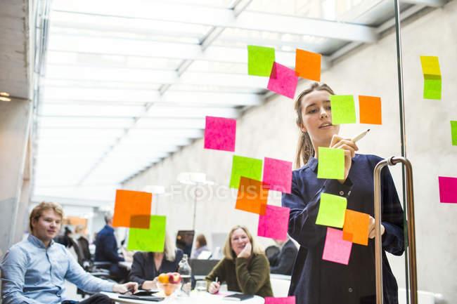 Молодий підприємець, даючи презентації — стокове фото
