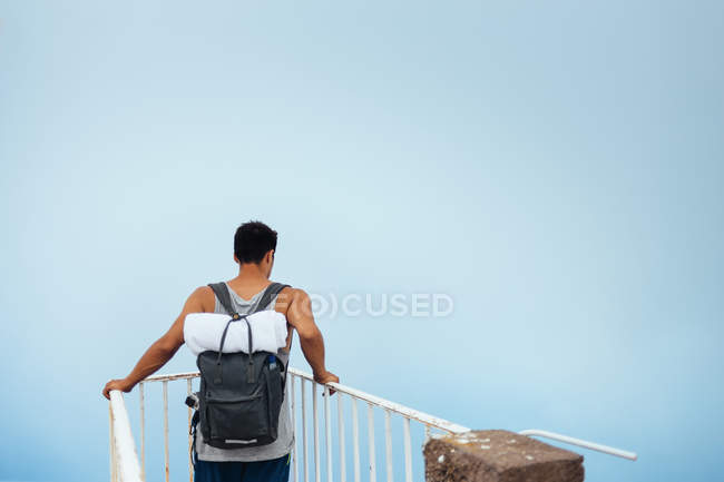 Young man standing at observation point — Stock Photo