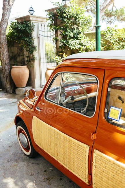 Coche aparcado en la calle - foto de stock