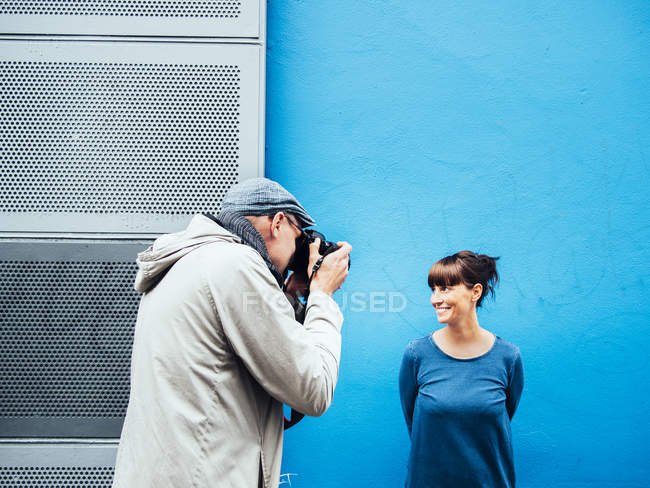 Man photographing woman — Stock Photo
