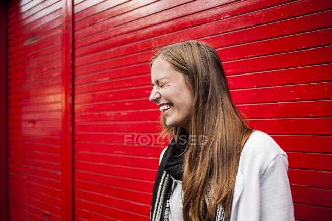 Жінка проти Червоної затвора — стокове фото