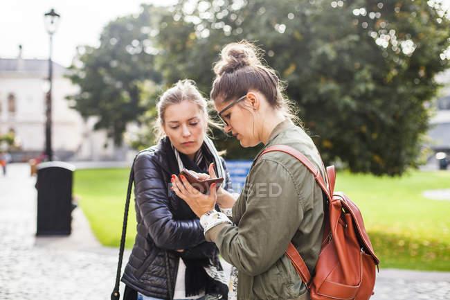 Freundinnen mit Smartphone — Stockfoto