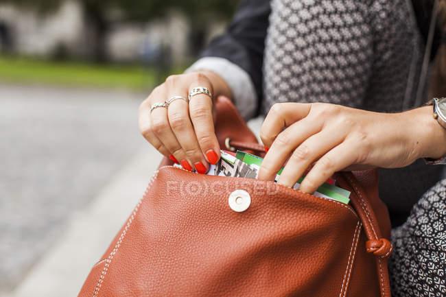 Frau entfernen Buch — Stockfoto