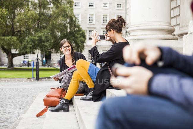 Donna fotografare amico — Foto stock