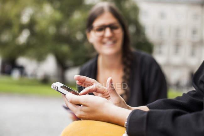 Donna che utilizza smart phone — Foto stock