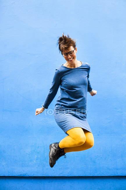 Веселий жінка, стрибки — стокове фото