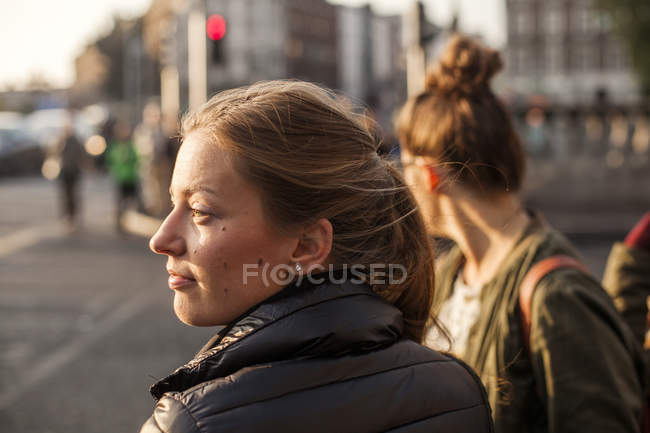Thoughtful woman looking away — Stock Photo