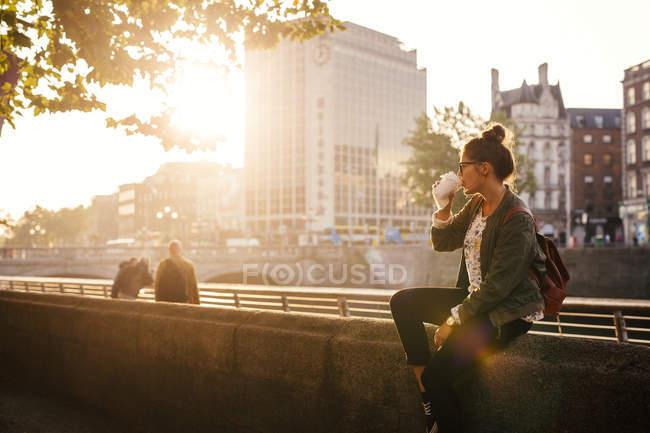 Жінка п'є каву. — стокове фото