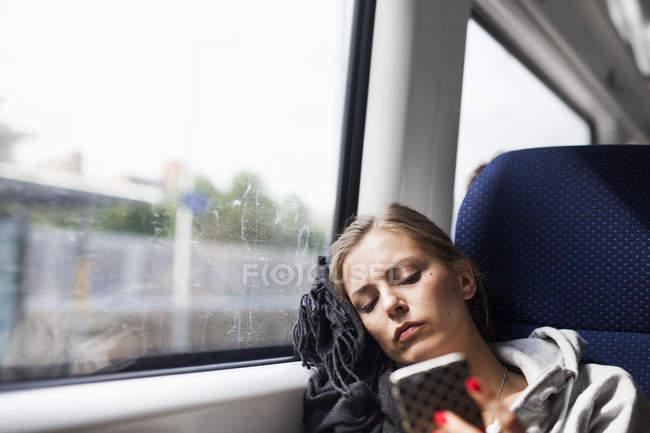 Бизнес-леди с помощью смарт-телефон — стоковое фото