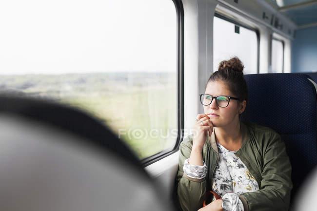 Бізнес-леді з боку на підборіддя — стокове фото