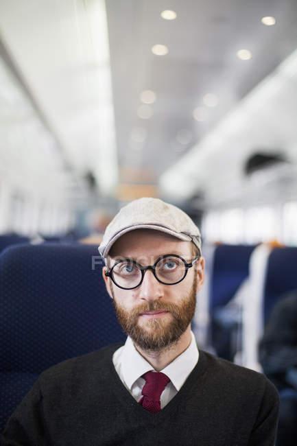 Selbstbewusster Mann sitzt im Zug — Stockfoto