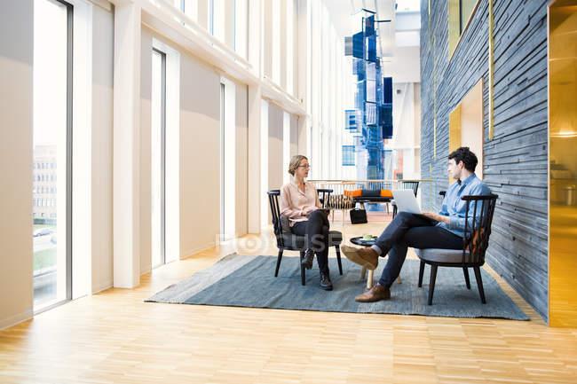 Деловые люди обсуждают на встрече — стоковое фото