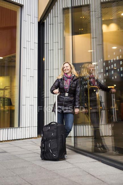 Happywoman with luggage — Stock Photo
