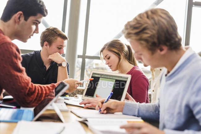 Jeunes universitaires — Photo de stock