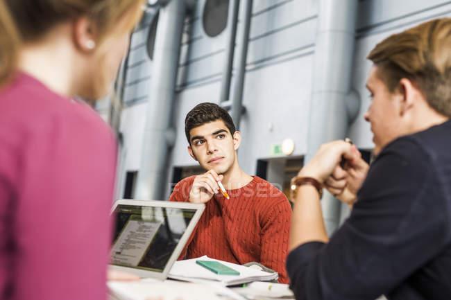 Junge männliche Schüler mit Freunden — Stockfoto
