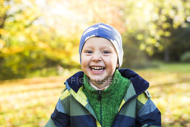 Портрет веселого мальчика — стоковое фото
