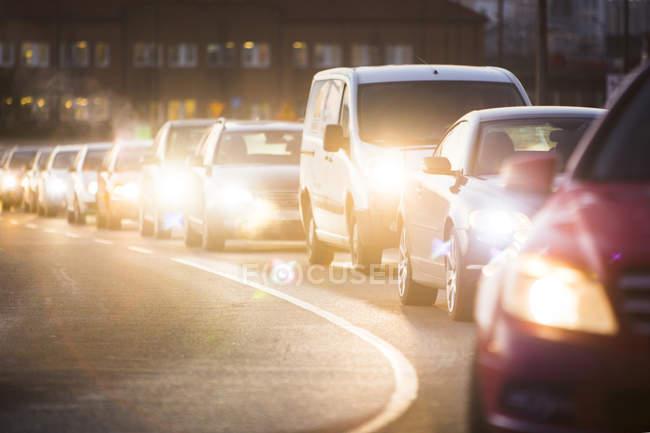 Освещённые фары автомобилей — стоковое фото