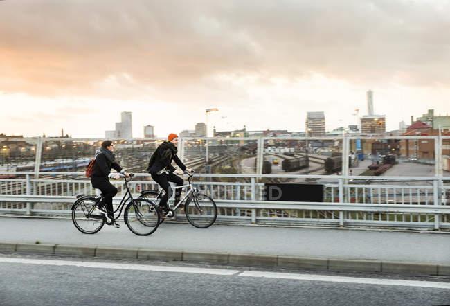 Мужчина и женщина на велосипедах — стоковое фото