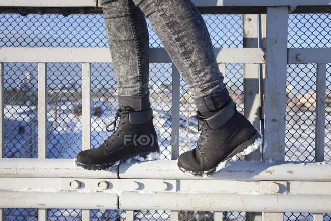 Mulher andando no portão de metal — Fotografia de Stock