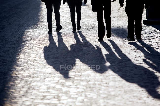 Silhouette Menschen zu Fuß auf Fußweg — Stockfoto