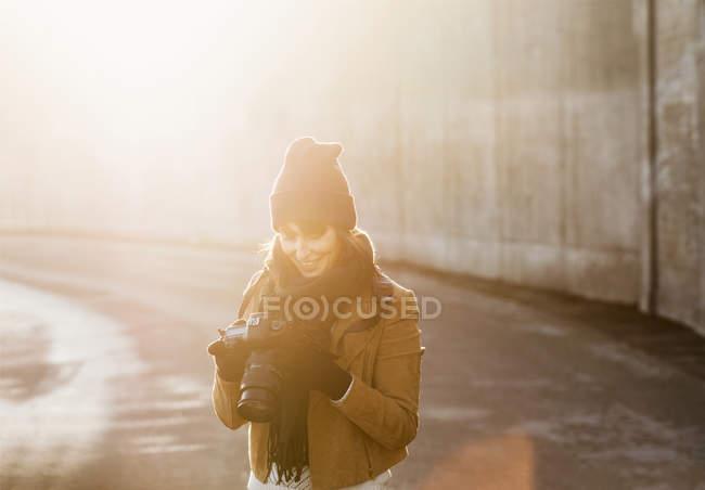 Donna guardando la fotocamera sulla strada — Foto stock