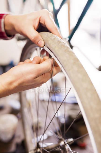 Mann Reparatur Fahrrad Reifen — Stockfoto