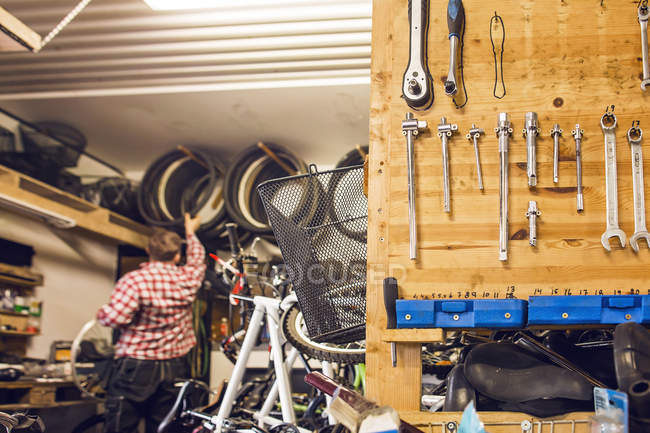 Man working in bicycle shop — Stock Photo