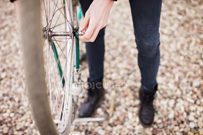 Female mechanic repairing bicycle tire — Stock Photo