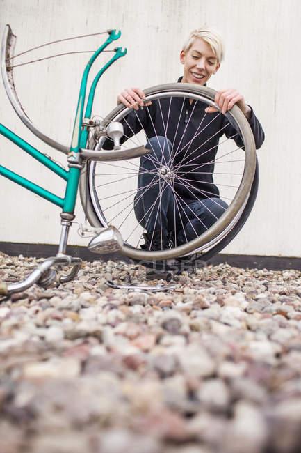 Female mechanic repairing bicycle — Stock Photo