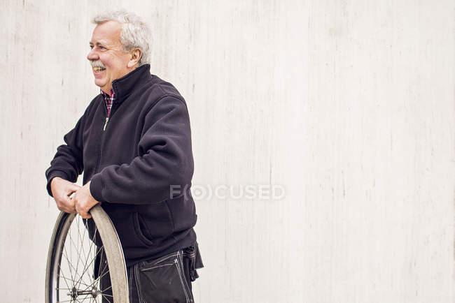Male mechanic repairing bicycle tire — Stock Photo