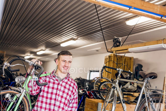 Механік перевозять велосипеда — стокове фото