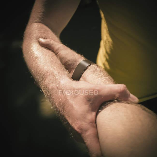 Men holding hands — Stock Photo