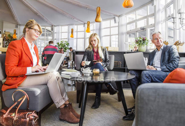 Business colleagues in meeting at restaurant — Stock Photo