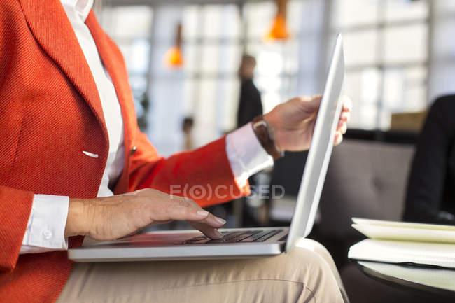 Donna d'affari che utilizza il computer portatile nel ristorante — Foto stock
