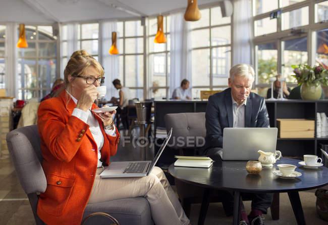 Donna d'affari che prende caffè — Foto stock