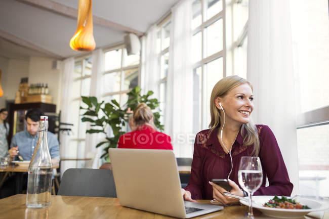 Mujer de negocios hablando a través de auriculares - foto de stock