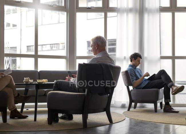 Uomini d'affari che utilizzano le tecnologie — Foto stock