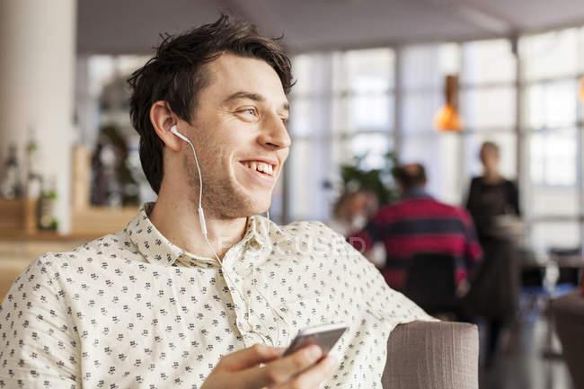 Щасливі бізнесмен говорив через навушники — стокове фото