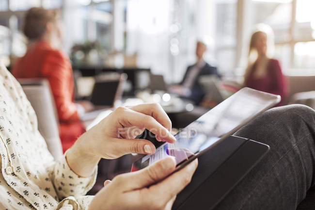 Sezione centrale di uomo d'affari utilizzando smart phone — Foto stock